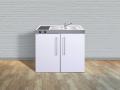 mit leerem Spülenunterschrank und Kühlschrank