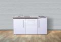 mit leeren Unterschränken und Kühlschrank